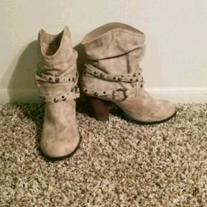 Size 8 Daisy Fuentes high-heeled booties